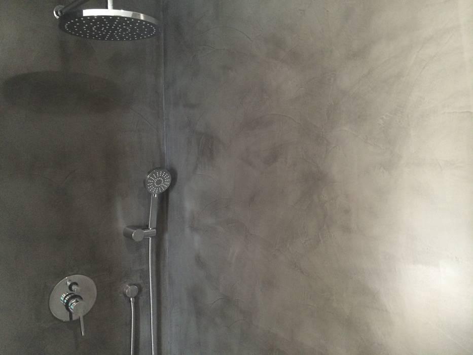 Reforma de baño con microcemento en madrid:  de estilo  de Reformas Raviro, Moderno