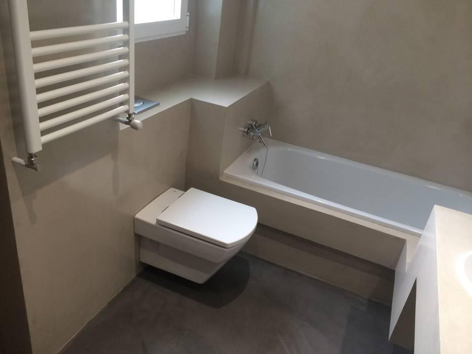 Reforma de baño con microcemento en madrid:  de estilo  de Reformas Raviro,