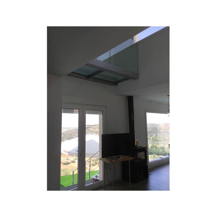 Vista interior con ventanales Puertas y ventanas de estilo rústico de Arte y Vida Arquitectura Rústico