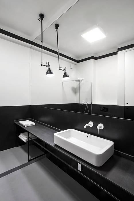 The Red Ceiling # 6 Studio Laas Minimalistyczna łazienka Czarny