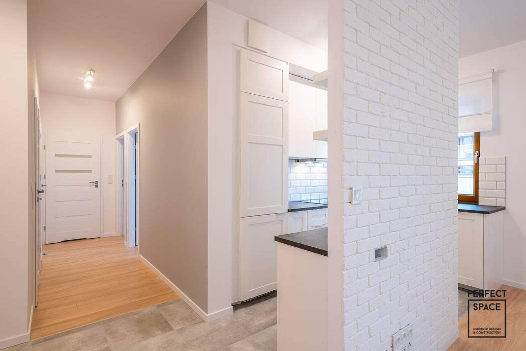 Skromne kąty Minimalistyczny korytarz, przedpokój i schody od Perfect Space Minimalistyczny