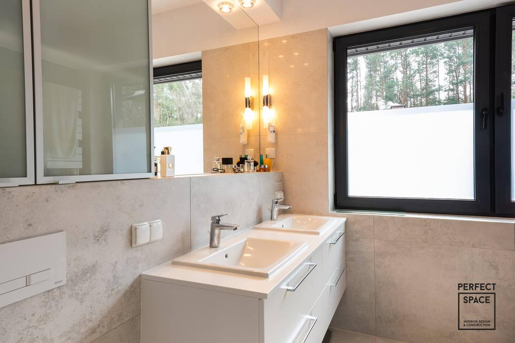 Phòng tắm phong cách thực dân bởi Perfect Space Thực dân