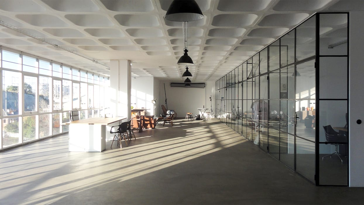 Espaço depois da intervenção - Área Lounge: Escritórios e Espaços de trabalho  por FMO ARCHITECTURE,Industrial