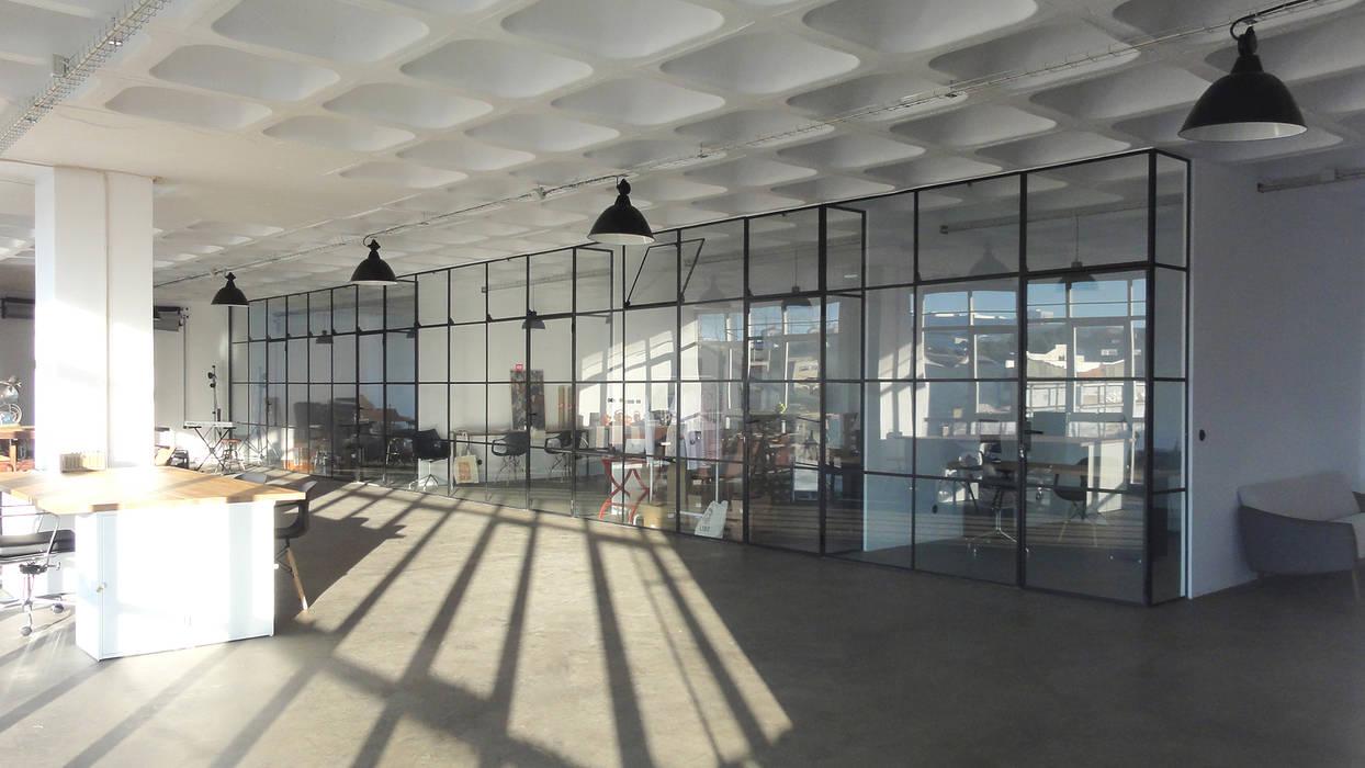 Espaço depois da intervenção - Gabinetes: Escritórios e Espaços de trabalho  por FMO ARCHITECTURE,Industrial