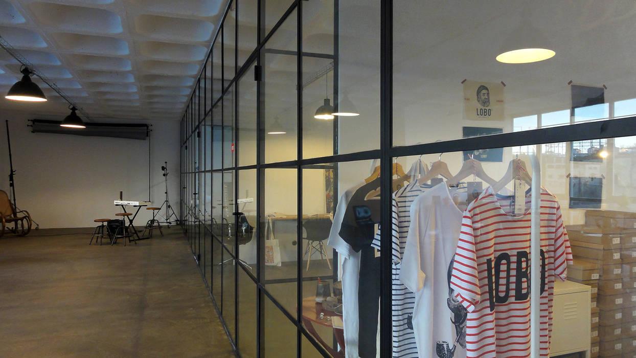 Gabinetes - Pormenor da parede/cortina de vidro: Escritórios e Espaços de trabalho  por FMO ARCHITECTURE,Industrial