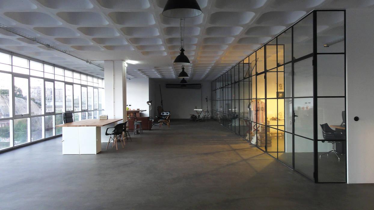 Circulação ao final da tarde: Escritórios e Espaços de trabalho  por FMO ARCHITECTURE,Industrial