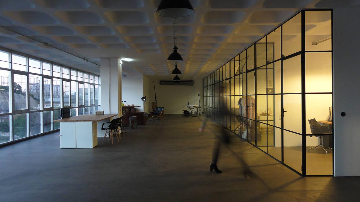 Cowork LAB - Área de lounge ao final da tarde Escritórios industriais por FMO ARCHITECTURE Industrial