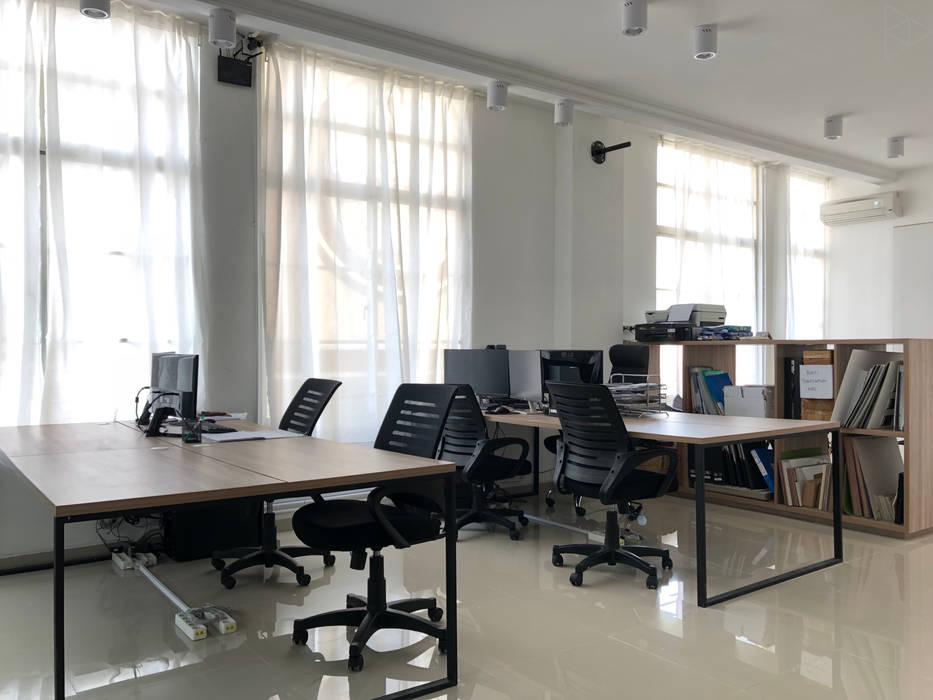 Staff Area Ruang Studi/Kantor Minimalis Oleh TIES Design & Build Minimalis
