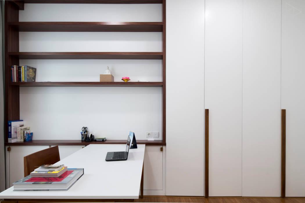 Study Room: Ruang Kerja oleh TIES Design & Build,