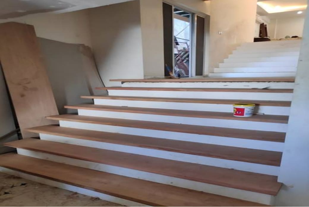 View of Stairs, showing the split-level design at the portion of the Kitchen and Dining Areas:   by Structura Architects,