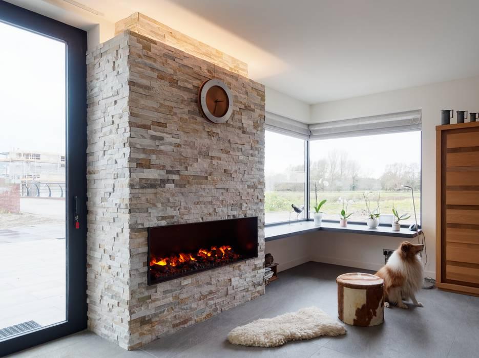 Haard:  Woonkamer door Erik Knippers Architect, Modern Stenen