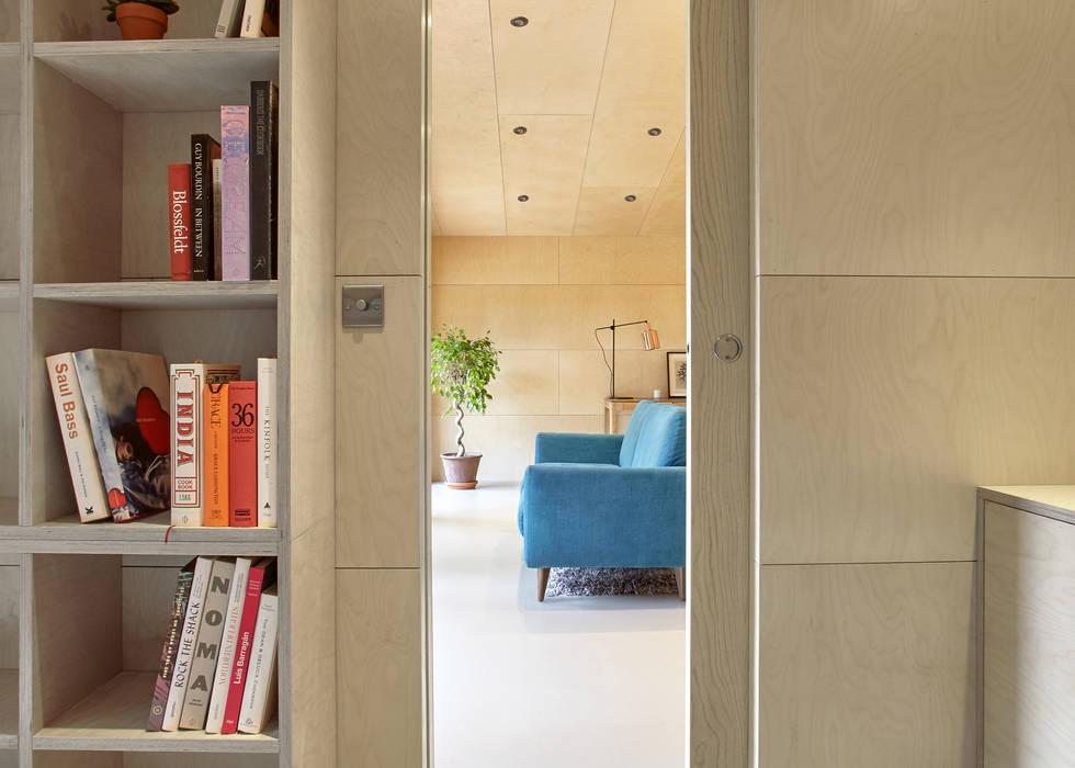 Vista del soggiorno dallo studio: Soggiorno in stile  di Ecospace Italia srl, Moderno Legno Effetto legno