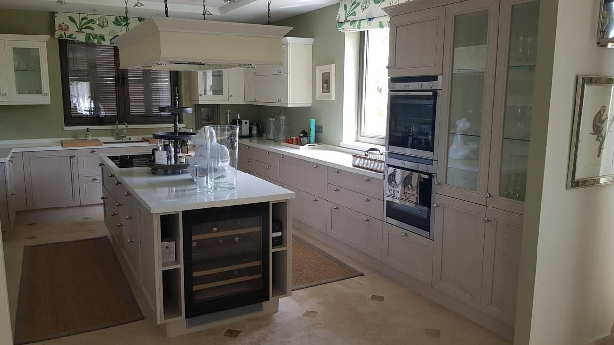 Muebles columnas con hornos, vitrinas y baldas de cristal: Cocinas integrales de estilo  de Decodan - Estudio de cocinas y armarios en Estepona y Marbella