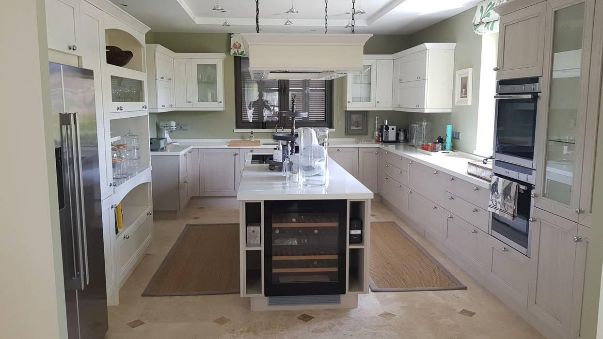 Built-in kitchens by Decodan - Estudio de cocinas y armarios en Estepona y Marbella, Classic Wood Wood effect