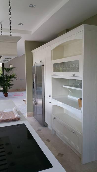 Muebles con modulos abiertos y vitrina: Cocina de estilo  de Decodan - Estudio de cocinas y armarios en Estepona y Marbella