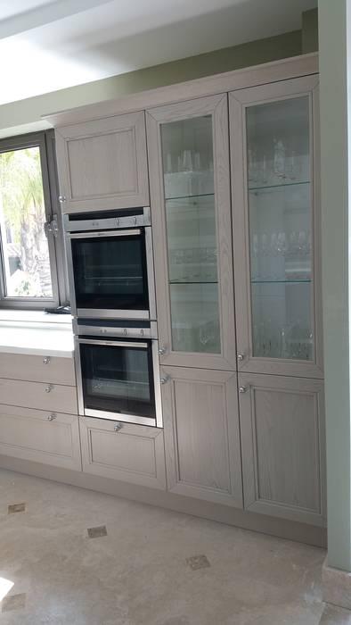 Muebles columnas despensas y vitrinas transparentes: Cocina de estilo  de Decodan - Estudio de cocinas y armarios en Estepona y Marbella
