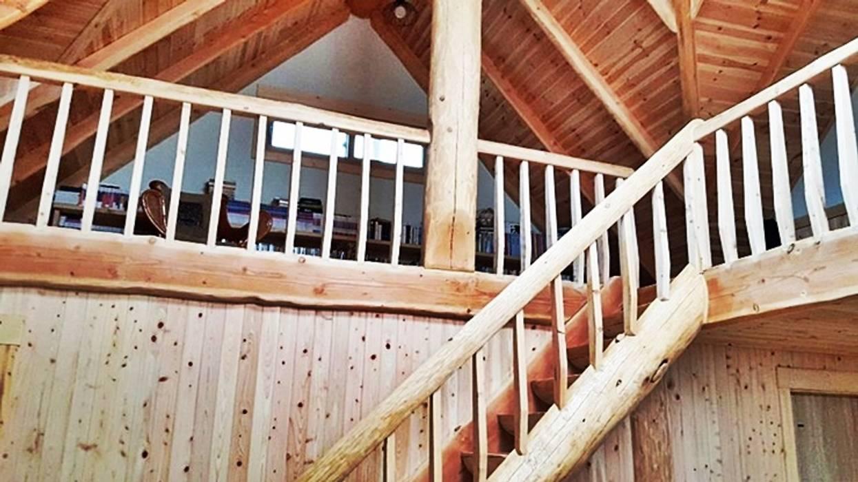 웅장한 통나무기둥이 공간을 드라마틱하게 -순천 마륜리 하이브리드 통나무집 by 보국주택