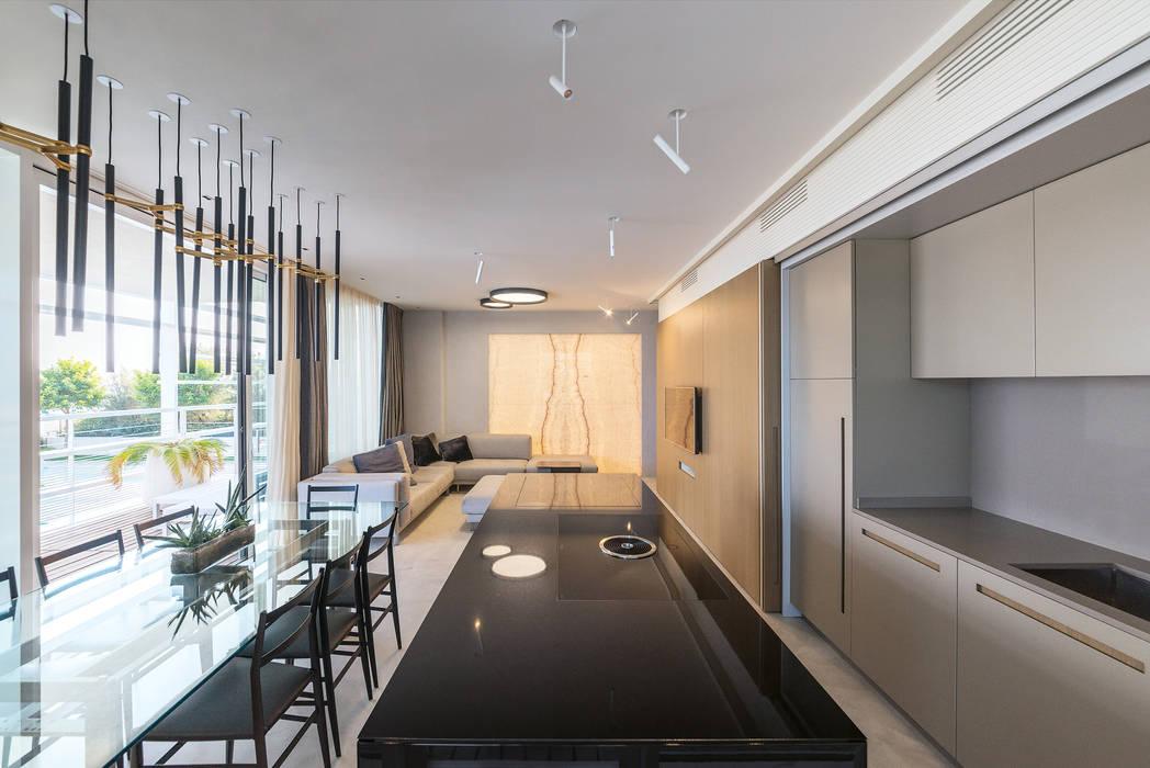 Design raffinato e lineare nel progetto di interni a Lido di Jesolo Cucina moderna di TM Italia Moderno