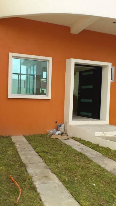 ENTRADA PRINCIPAL: Puertas de estilo  por ARQUEMM,