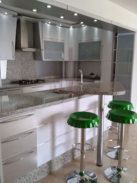 Taburetes: Muebles de cocinas de estilo  por vuolo.arteydiseño,