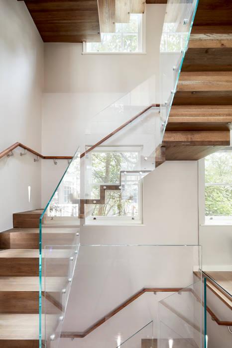 Minimalist stairs:  Stairs by Urbanist Architecture,