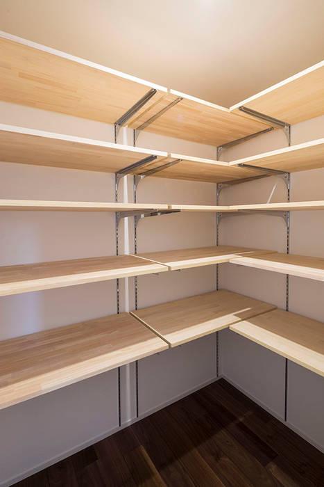 Ruang Penyimpanan Wine/Anggur Modern Oleh 三浦尚人建築設計工房 Modern Kayu Wood effect