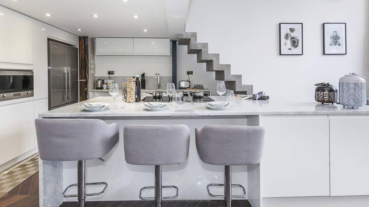 Convenient kitchen space:  Built-in kitchens by Urbanist Architecture, Minimalist Metal
