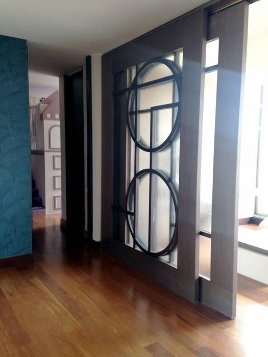 Puerta Corrediza Elaborada en Madera Pasillos, vestíbulos y escaleras de estilo moderno de ARQUITECTURA Y DISEÑO CB Moderno Madera Acabado en madera
