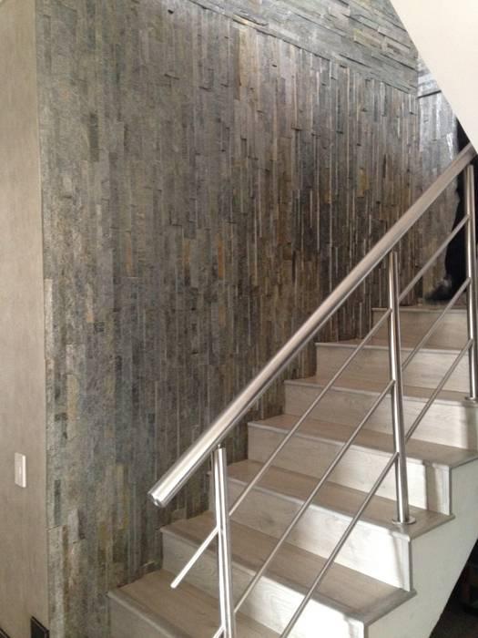 Escalera: Terminaciones y acabados en Mármol, Acero y Madera. de ARQUITECTURA Y DISEÑO CB Moderno Mármol