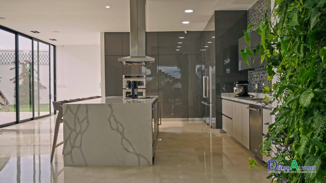 Cocina Naturaleza y Modernidad.: Cocinas integrales de estilo  por Decoralvarez,