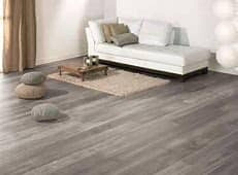 Finto parquet in un living moderno e minimal: Pavimento in stile  di finto parquet