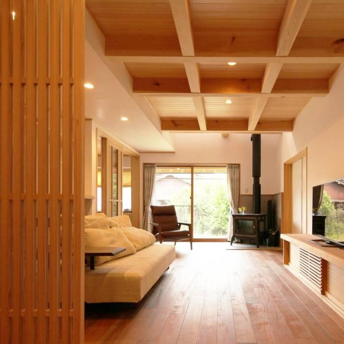 坪庭のある招き屋根の家: 永井政光建築設計事務所が手掛けたリビングです。,