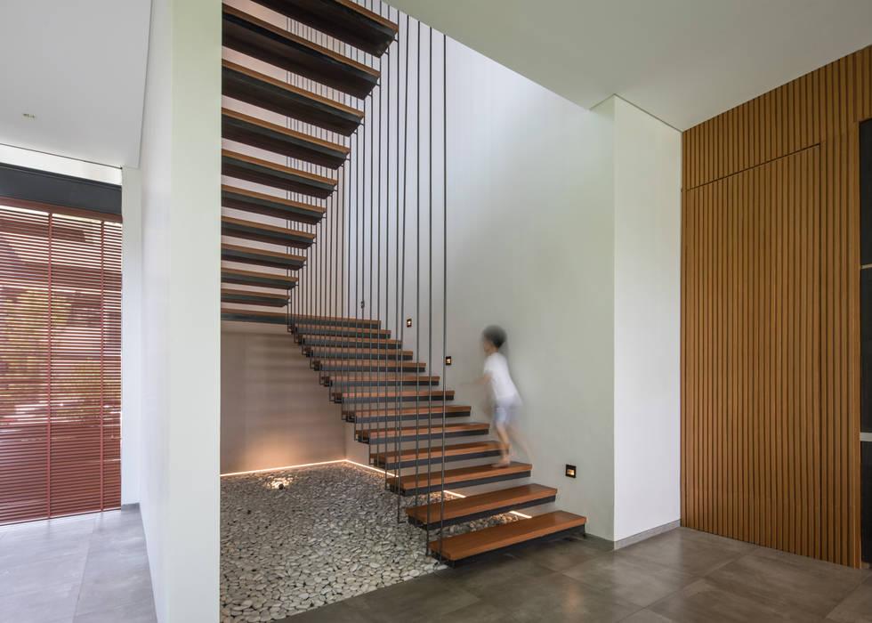 Main Stair Oleh Rakta Studio Modern