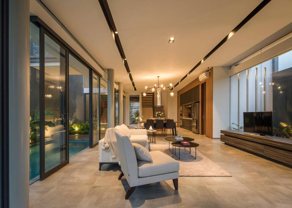 Living Room: Ruang Keluarga oleh Rakta Studio, Modern