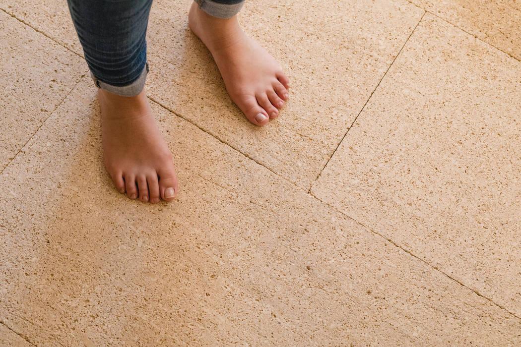 Pavimento interior en piedra natural Albamiel: Suelos de estilo  de Rosal Stones