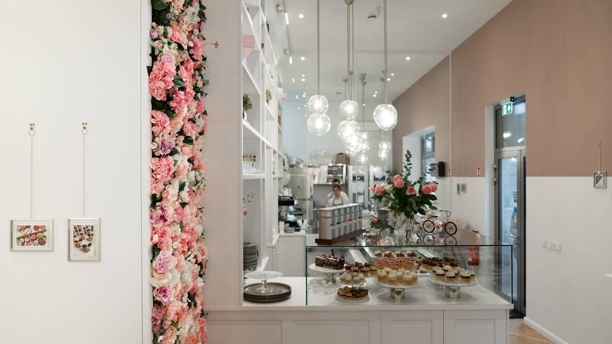 custom made flower wall in pink and nude tones:  Gastronomie von Ivy's Design - Interior Designer aus Berlin