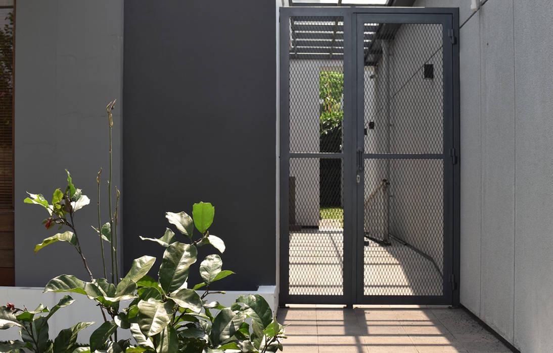Puertas de entrada de estilo  por CV Berkat Estetika,