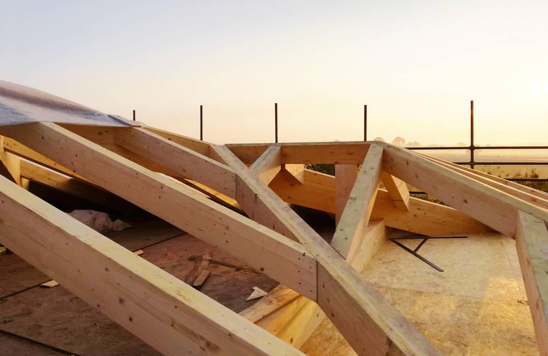 Single-family home renovation: Tetto a falde in stile  di Edoardo Pennazio