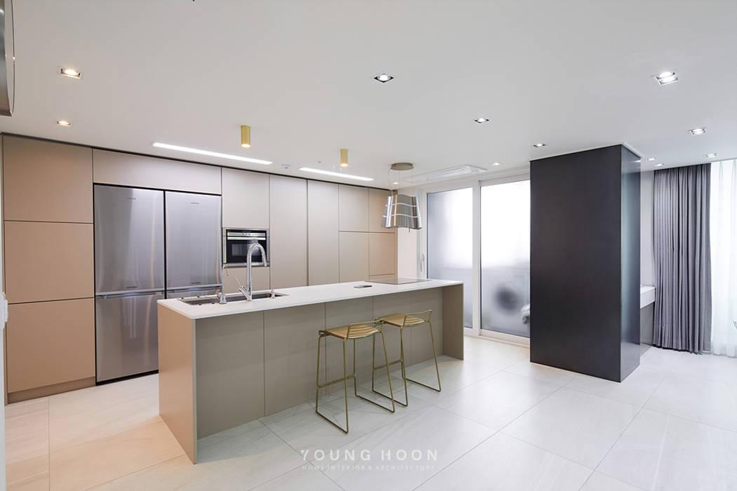 43PY 도곡렉슬 _ 수납공간으로 완성된 품격 있는 모던 아파트 인테리어: 영훈디자인의  주방