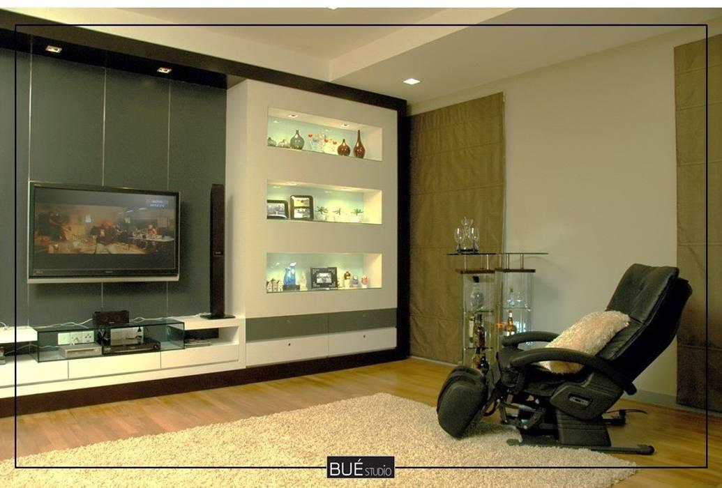 :  ห้องนั่งเล่น โดย Bue Studio Co.,Ltd., โมเดิร์น