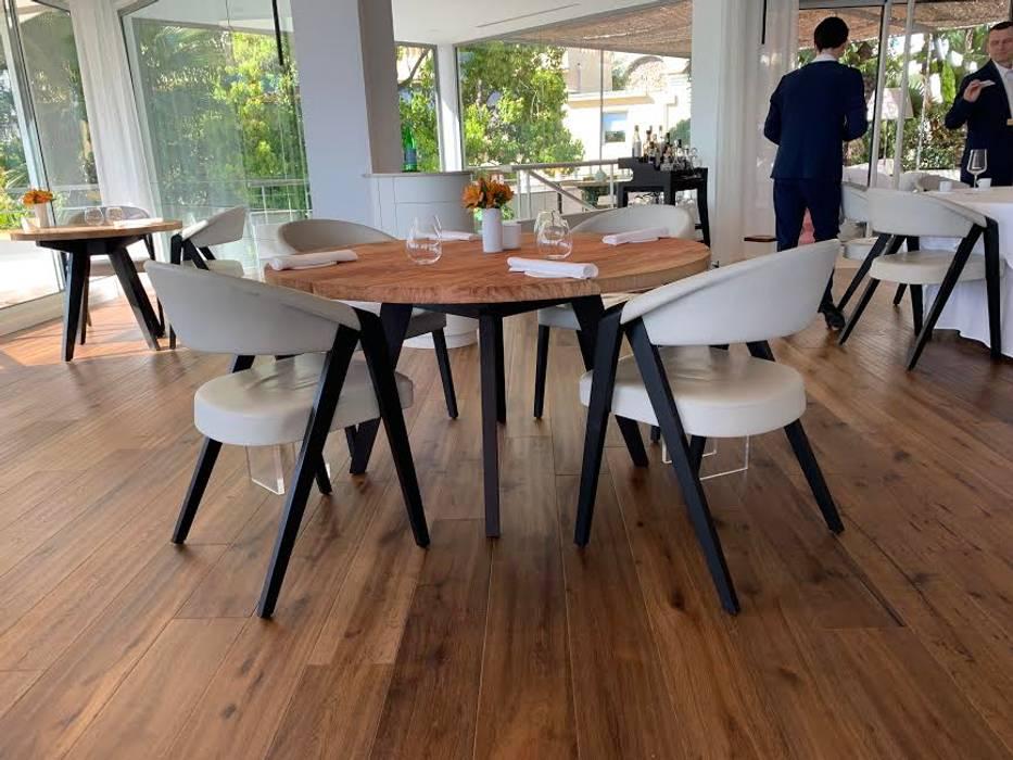 Fauteuil design de Martin Ballendat en chêne massif et revêtement en cuir: Salle à manger de style  par Imagine Outlet