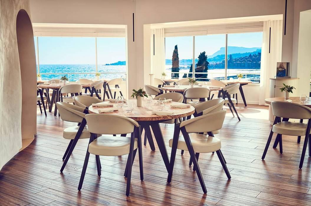 Chaises et fauteuils design en bois massif et cuir, le luxe d'un restaurant étoilé élu 4ème des meilleurs restaurants du monde: Salle à manger de style  par Imagine Outlet