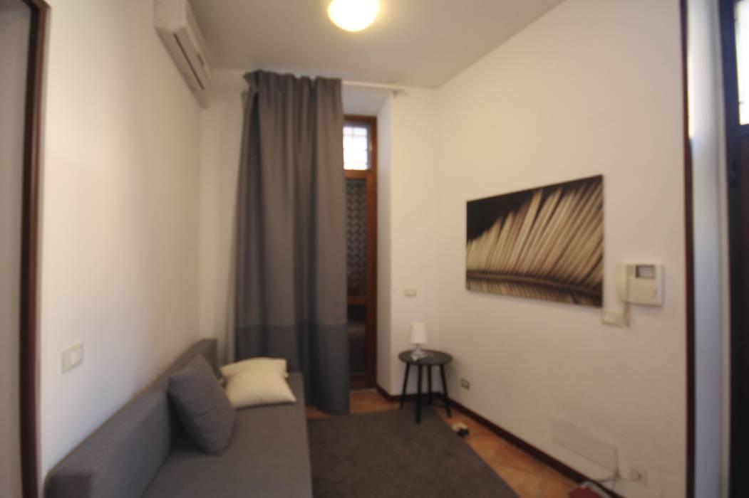 FOTO PRIMA DELL'INTERVENTO: Soggiorno in stile  di Creattiva Home ReDesigner  - Consulente d'immagine immobiliare