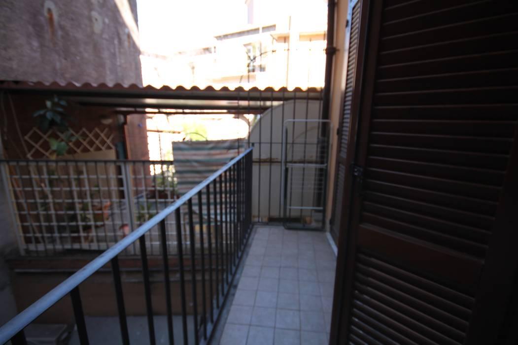 FOTO PRIMA DELL'INTERVENTO: Balcone in stile  di Creattiva Home ReDesigner  - Consulente d'immagine immobiliare