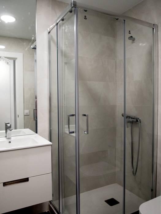 Baño blanco Baños de estilo moderno de Reformmia Moderno