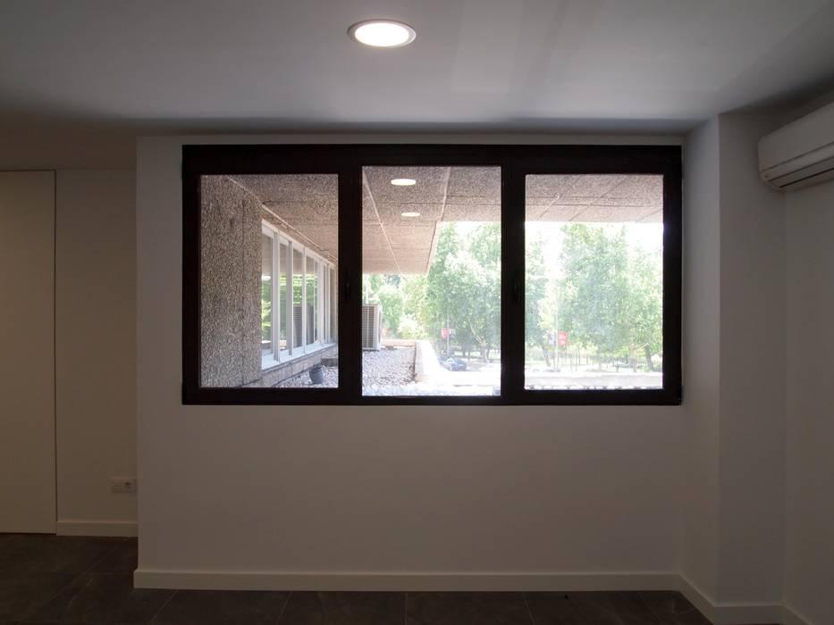 Ventanal de aluminio Estudios y oficinas modernos de Reformmia Moderno