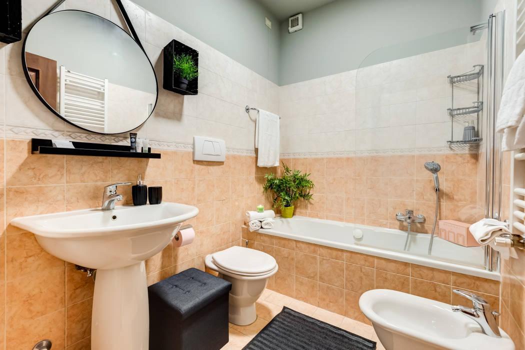 Relooking appartamento in Ghetto Ebraico a Roma: Bagno in stile  di Creattiva Home ReDesigner  - Consulente d'immagine immobiliare