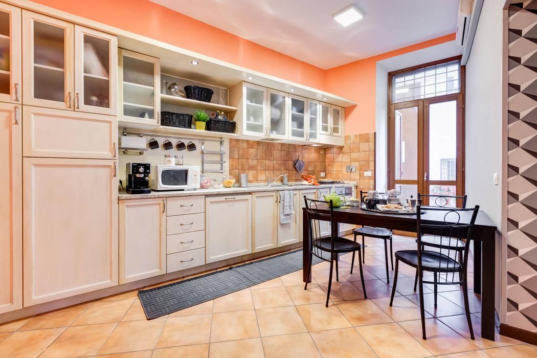 Relooking appartamento in Ghetto Ebraico a Roma: Cucina in stile  di Creattiva Home ReDesigner  - Consulente d'immagine immobiliare