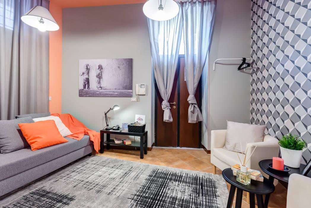 Living room by Creattiva Home ReDesigner  - Consulente d'immagine immobiliare