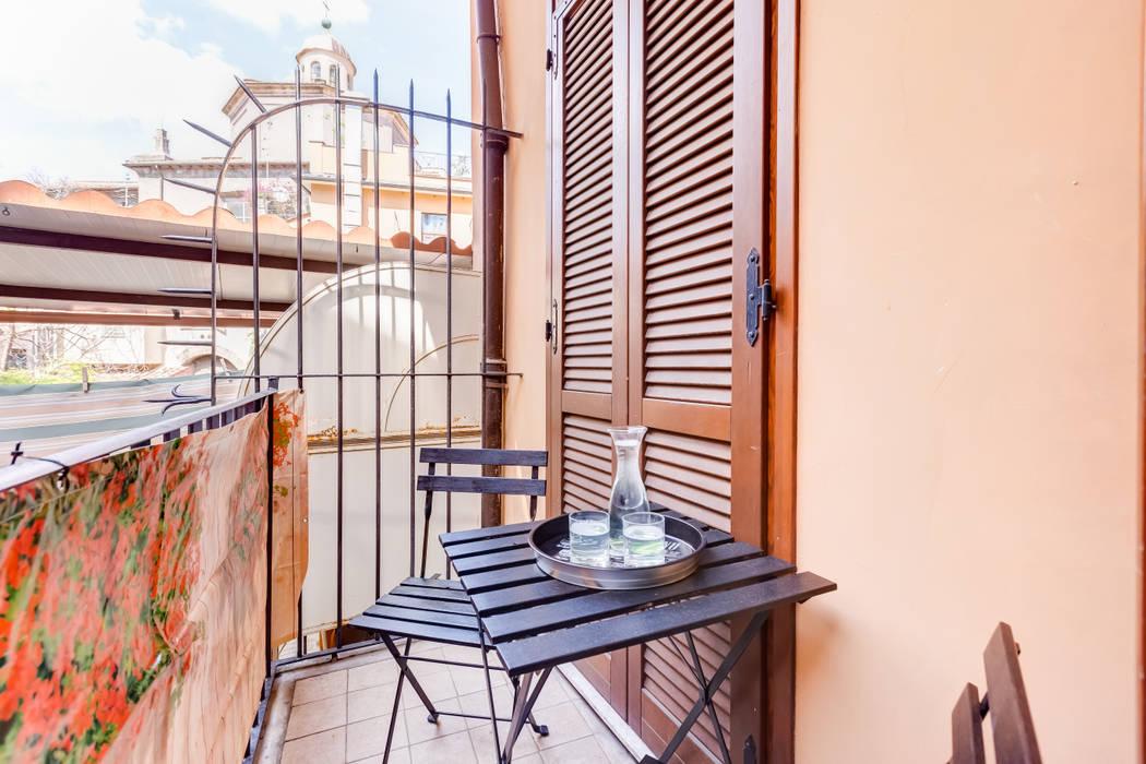 Relooking appartamento in Ghetto Ebraico a Roma: Balcone in stile  di Creattiva Home ReDesigner  - Consulente d'immagine immobiliare, Moderno